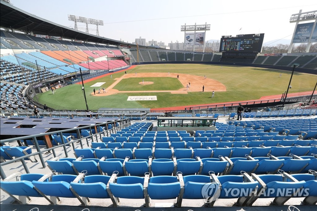 The Doosan Bears of the Korea Baseball Organization hold an intrasquad scrimmage at an empty Jamsil Stadium in Seoul on March 23, 2020. (Yonhap)