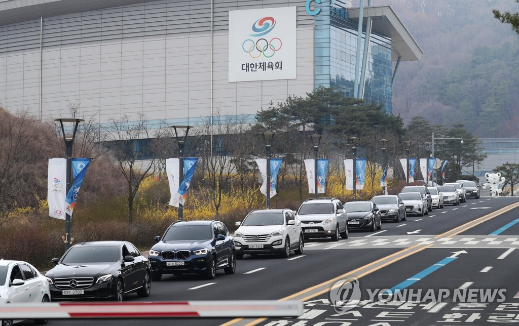 Vehicles are lined up near the exit of the Jincheon National Training Center in Jincheon, 90 kilometers south of Seoul, on March 27, 2020, as athletes and coaches move out of the facility following the postponement of the Tokyo Olympics. (Yonhap)
