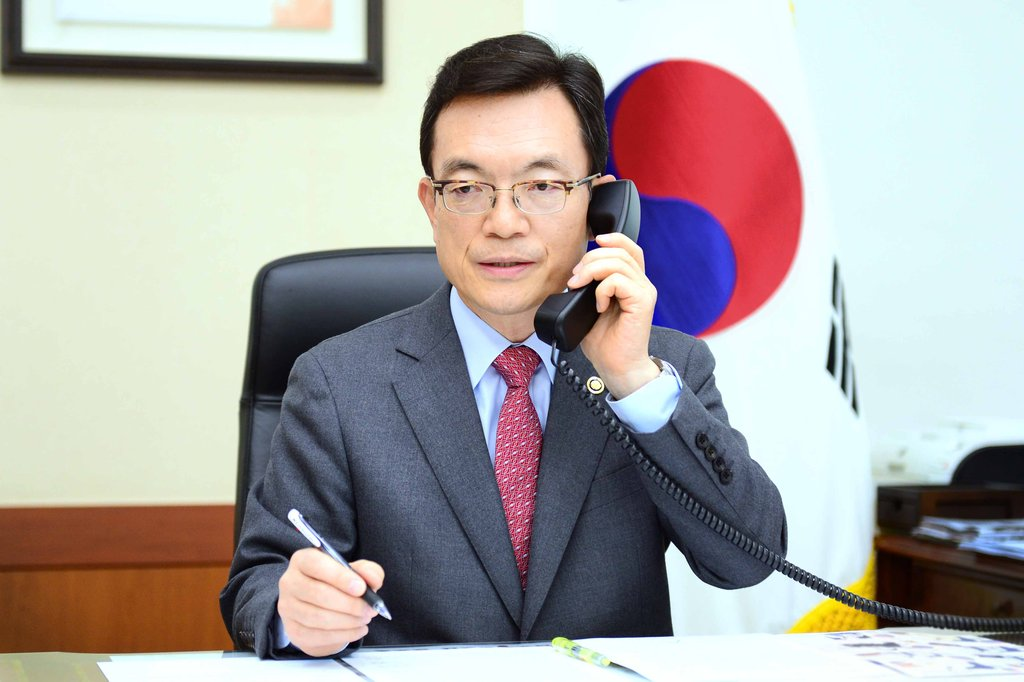 First Vice Foreign Minister Cho Sei-young holds a conference call with his counterparts from six countries, including the United States, Japan and Australia, at the foreign ministry in Seoul on March 27, 2020, in this photo provided by his ministry. (PHOTO NOT FOR SALE) (Yonhap)