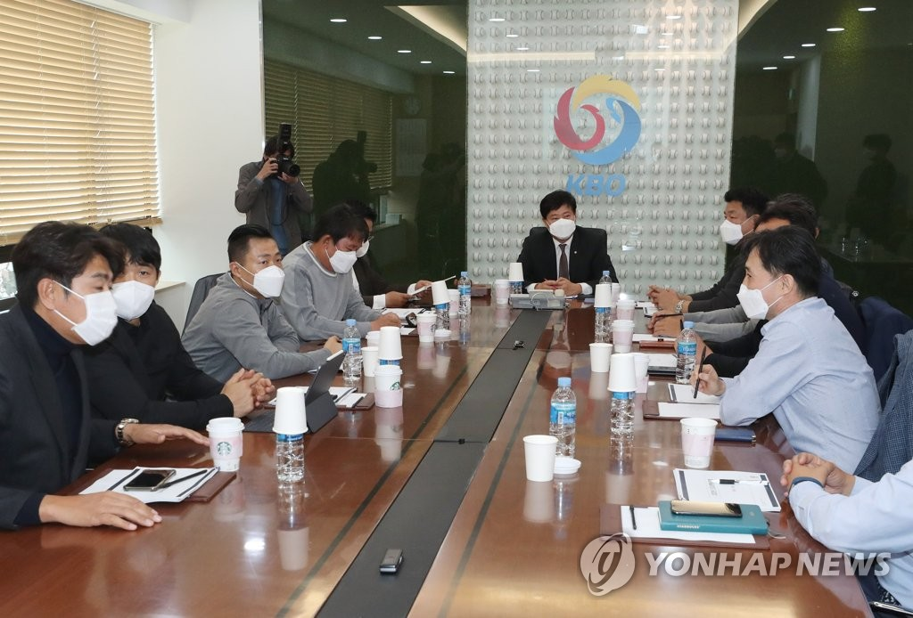 Ryu Dae-hwan (C), secretary general of the Korea Baseball Organization (KBO), chairs an executive committee meeting with club general managers at the KBO headquarters in Seoul on April 7, 2020. (Yonhap)
