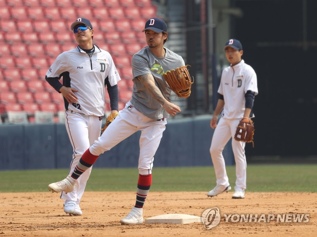 Oh Jae-won of the Doosan Bears (C) makes a throw during his team's practice at Jamsil Stadium in Seoul on April 7, 2020. (Yonhap)