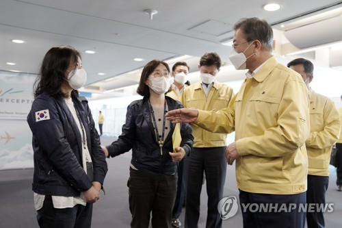 (LEAD) Moon appreciates quarantine workers' service at Incheon airport