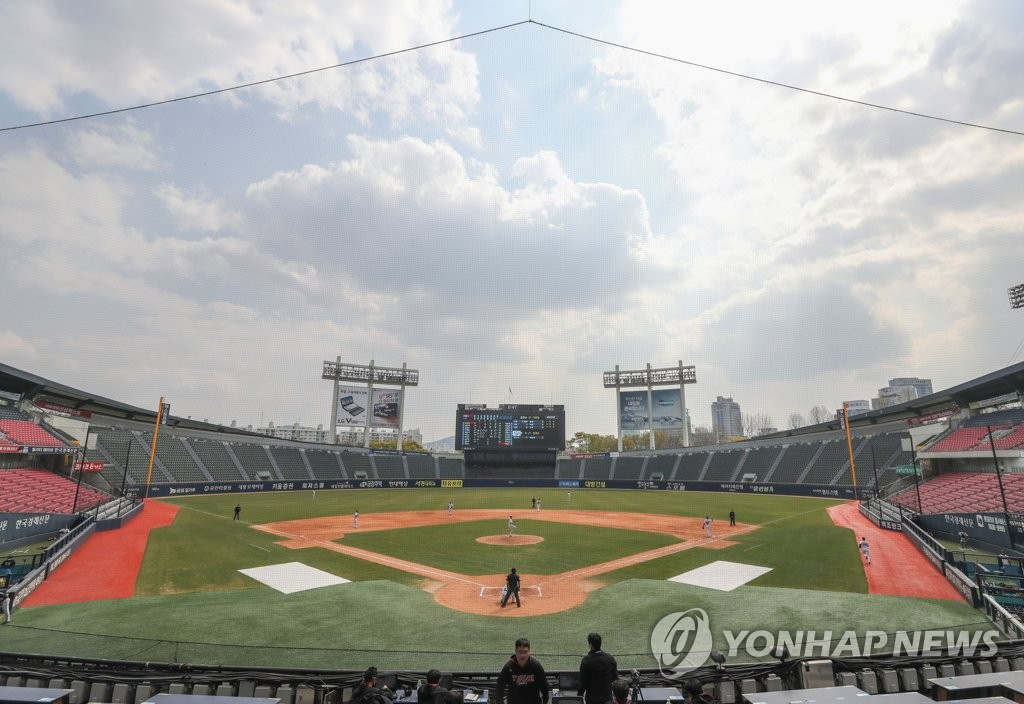 An intrasquad game for the LG Twins is under way at Jamsil Stadium in Seoul on April 10, 2020. (Yonhap)