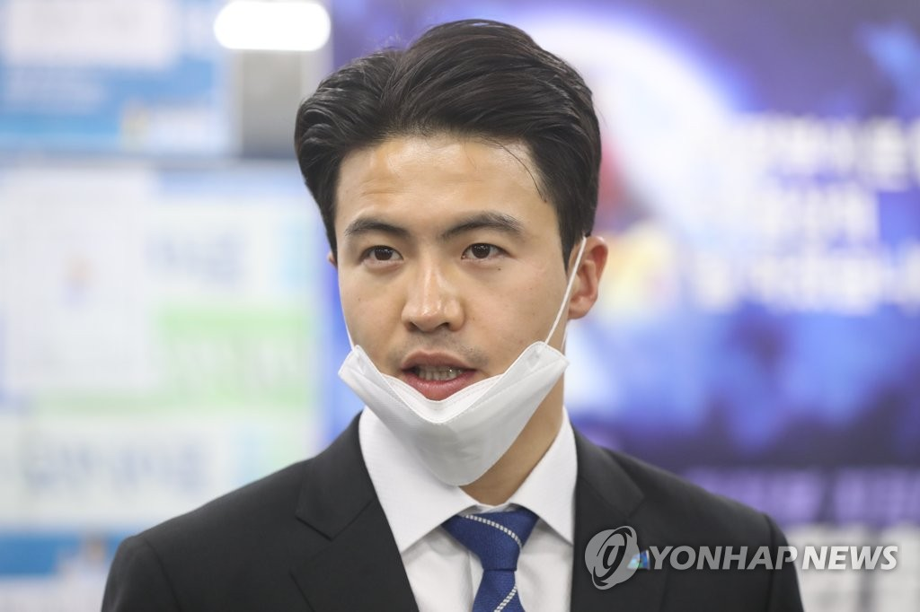 A file photo of Rep. Oh Yeong-hwan of the Democratic Party. Oh underwent testing for the new coronavirus on July 3, 2020, after learning that he shook hands with a COVID-19 patient two days earlier at an event in his constituency of Uijeongbu, Gyeonggi Province. His test result returned negative. (Yonhap)