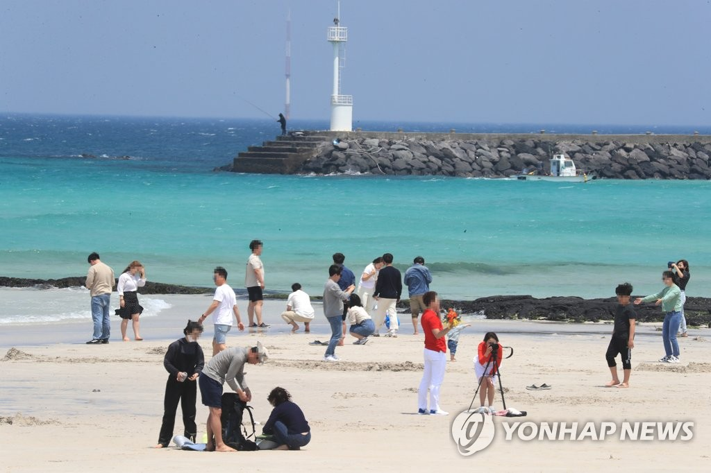 Hyeopjae Beach on Jeju Island is busy with holidaygoers on May 1, 2020. (Yonhap)