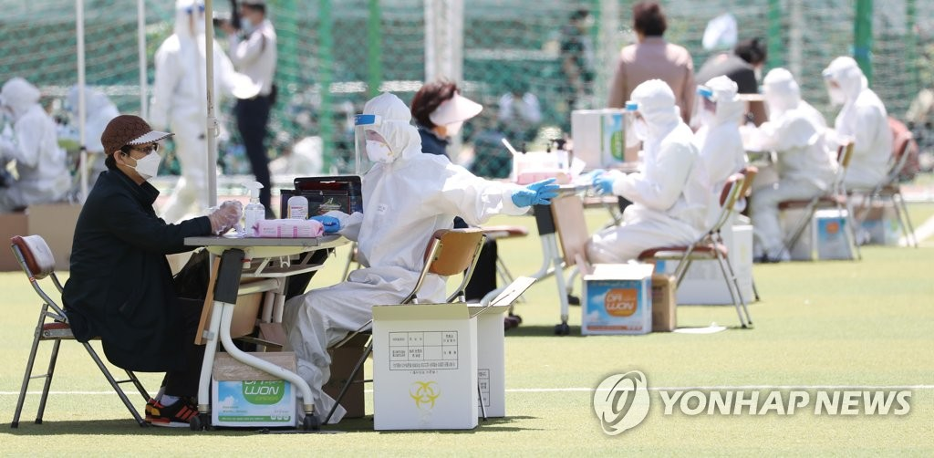 Health authorities offer consultation to visitors at an outdoor virus screening center in Incheon, west of Seoul, on May 13, 2020. (Yonhap)