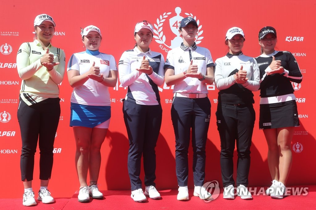"""From left: South Korean golfers Lee Jeong-eun, Jang Ha-na, Choi Hye-jin, Park Sung-hyun, Kim Sei-young and Cho A-yeon show """"Thank You"""" gestures for medical workers amid the coronavirus pandemic at the press conference for the 42nd Korea Ladies Professional Golf Association Championship at Lakewood Country Club in Yangju, Gyeonggi Province, on May 13, 2020. (Yonhap)"""