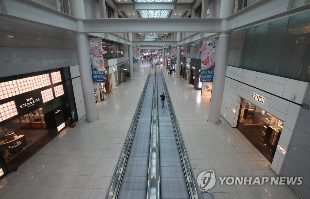 Few customers are spotted at duty-free stores at Terminal 1 of Incheon International Airport, west of Seoul, on May 15, 2020. (Yonhap)