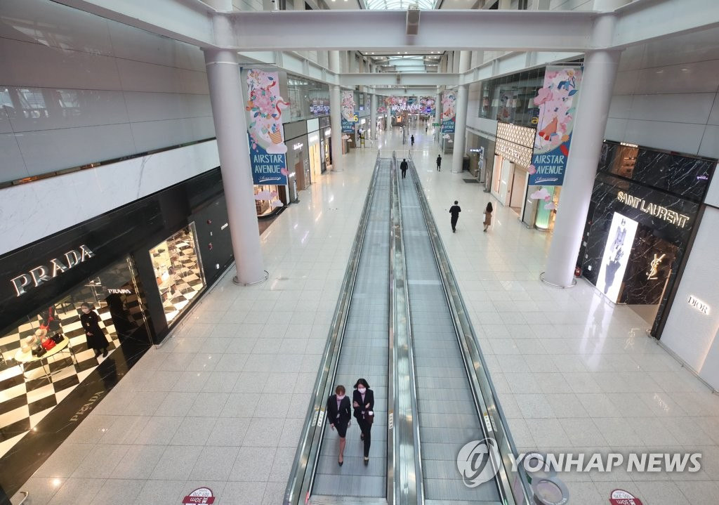 Only a few customers are spotted at duty-free stores at Terminal 1 of Incheon International Airport, west of Seoul, in this photo taken May 15, 2020. (Yonhap)