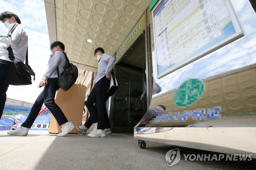 Seniors at a high school in Incheon, west of Seoul, return home on May 20, 2020, after the local education office temporarily suspended classes following infections in the area. (Yonhap)