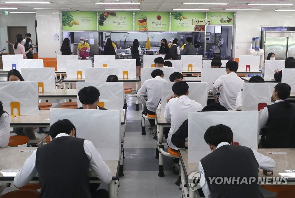 Partitions are placed on tables at a cafeteria in a school in the southern city of Ulsan on May 20, 2020. (Yonhap)