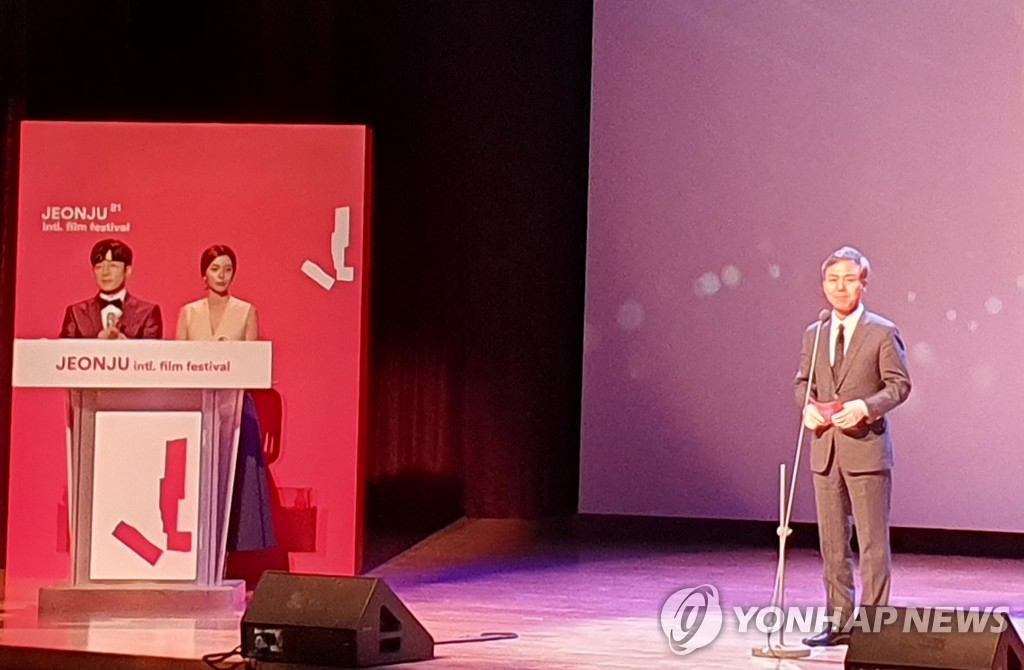 Kim Seung-soo (R), mayor of Jeonju and chairman of the organizing committee of the Jeonju International Film Festival, declares the opening of the country's largest showcase of indie and art house films at the Korea Traditional Culture Center in Jeonju, 240 kilometers south of Seoul, on May 28, 2020. (Yonhap)