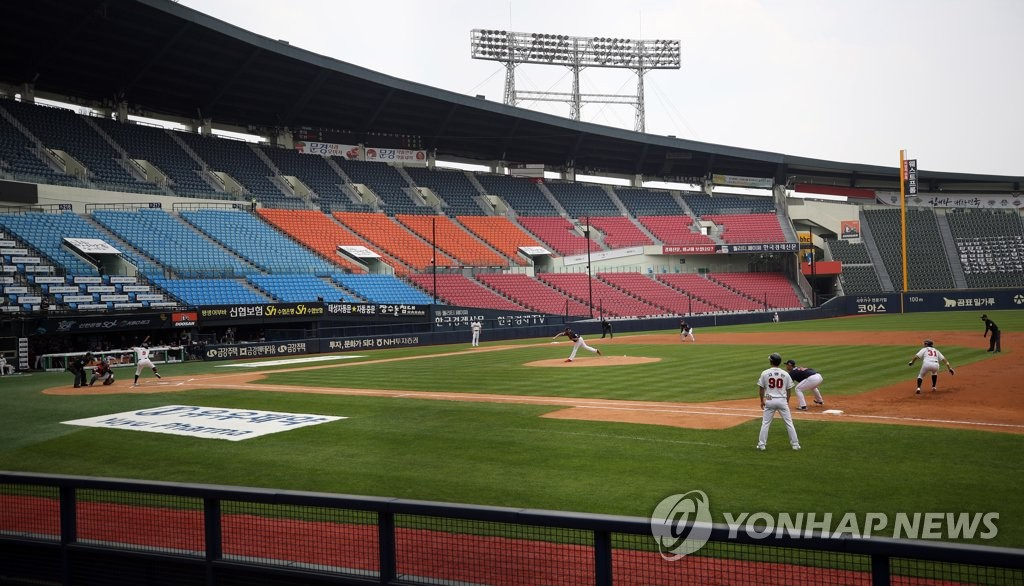 This file photo, from May 31, 2020, shows a Korea Baseball Organization regular season game between the Doosan Bears and the Lotte Giants being played without fans at Jamsil Baseball Stadium in Seoul. (Yonhap)