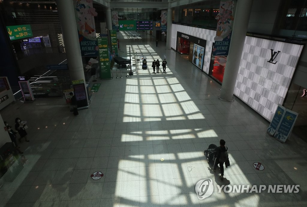 This photo, taken June 1, 2020, shows only a few people outside duty-free shops at Incheon International Airport, South Korea's main gateway west of Seoul, as duty-free operators suffer business setbacks over the new coronavirus. (Yonhap)