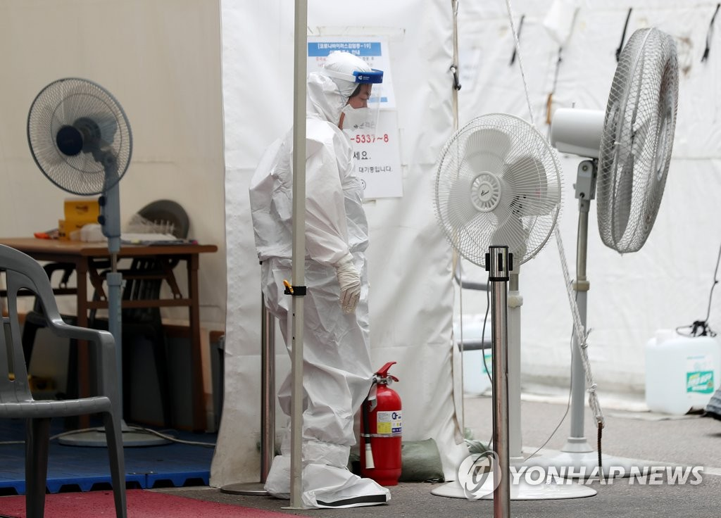A worker turns on fans at a makeshift clinic in Incheon, west of Seoul, on June 4, 2020. (Yonhap)