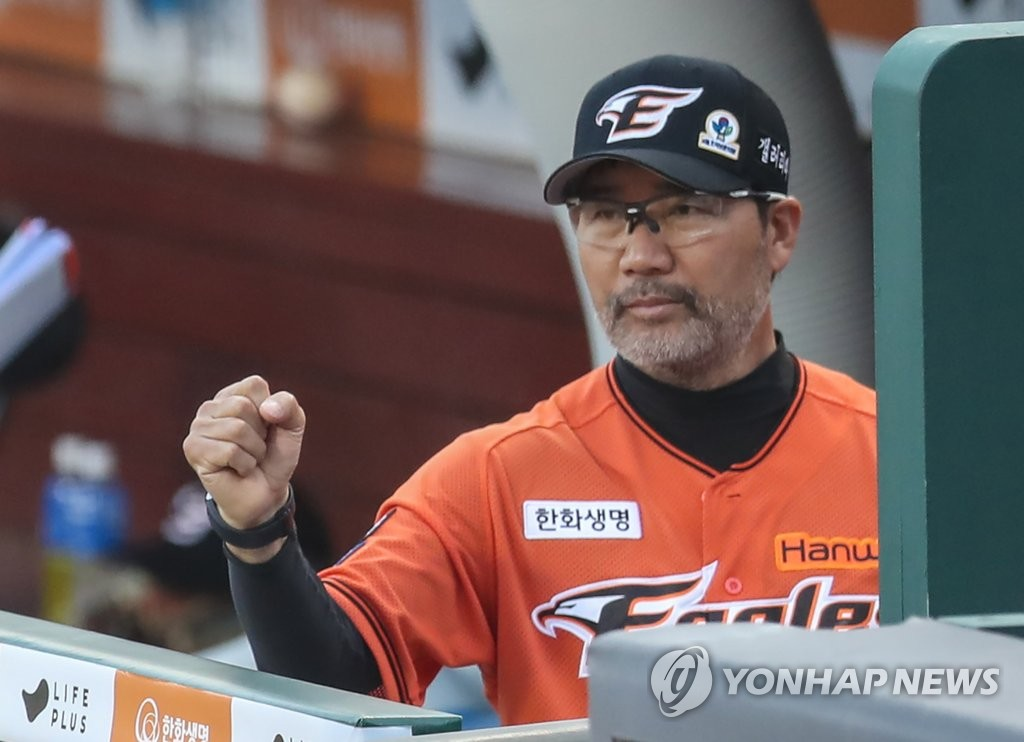 Han Yong-duk, former manager of the Hanwha Eagles, greets Roh Si-hwan in the dugout after Roh scored a run during a Korea Baseball Organization regular season game against the NC Dinos at Hanwha Life Eagles Park in Daejeon, 160 kilometers south of Seoul, on June 7, 2020. The Eagles lost the game 8-2 for their 14th straight defeat, and Han resigned as manager afterward. (Yonhap)