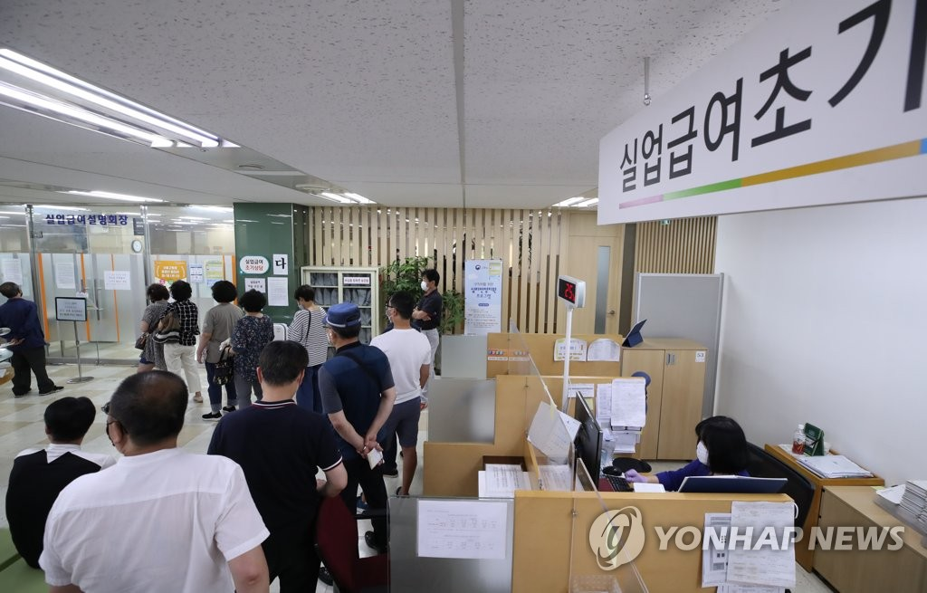 This photo, taken on June 10, 2020, shows job seekers lining up to listen to a lecture on unemployment benefits at Seoul's job welfare center in the capital's central Jung Ward. (Yonhap)