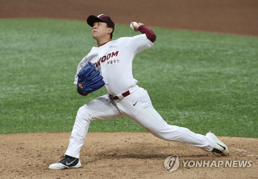 In this file photo from June 30, 2020, Lee Seung-ho of the Kiwoom Heroes pitches against the Doosan Bears in a Korea Baseball Organization regular season game at Gocheok Sky Dome in Seoul. (Yonhap)