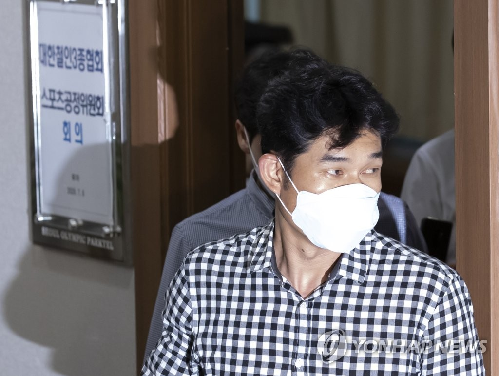 Kim Gyu-bong, head coach of the triathlon team at Gyeongju City Hall and a central figure in an abuse scandal involving a late athlete, leaves the disciplinary committee meeting held by the Korea Triathlon Federation in Seoul on July 6, 2020. (Yonhap)