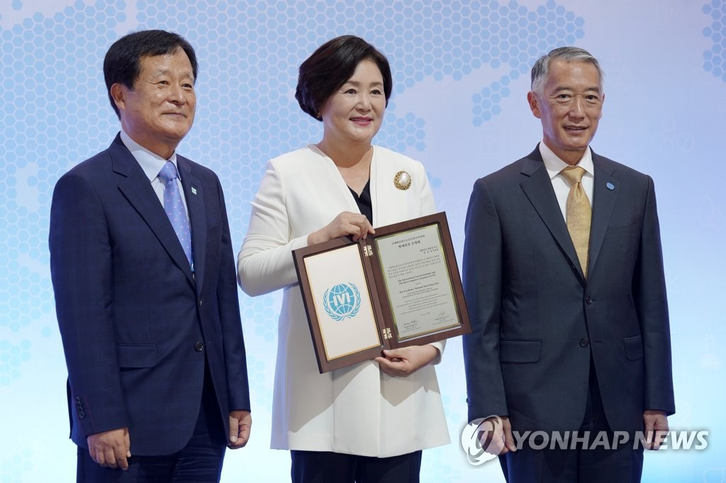 This file photo shows First Lady Kim Jung-sook (C) posing for a commemorative photo after being appointed as honorary president of South Korea's support committee for the International Vaccine Institute (IVI) in Seoul on July 8, 2020. (Yonhap)