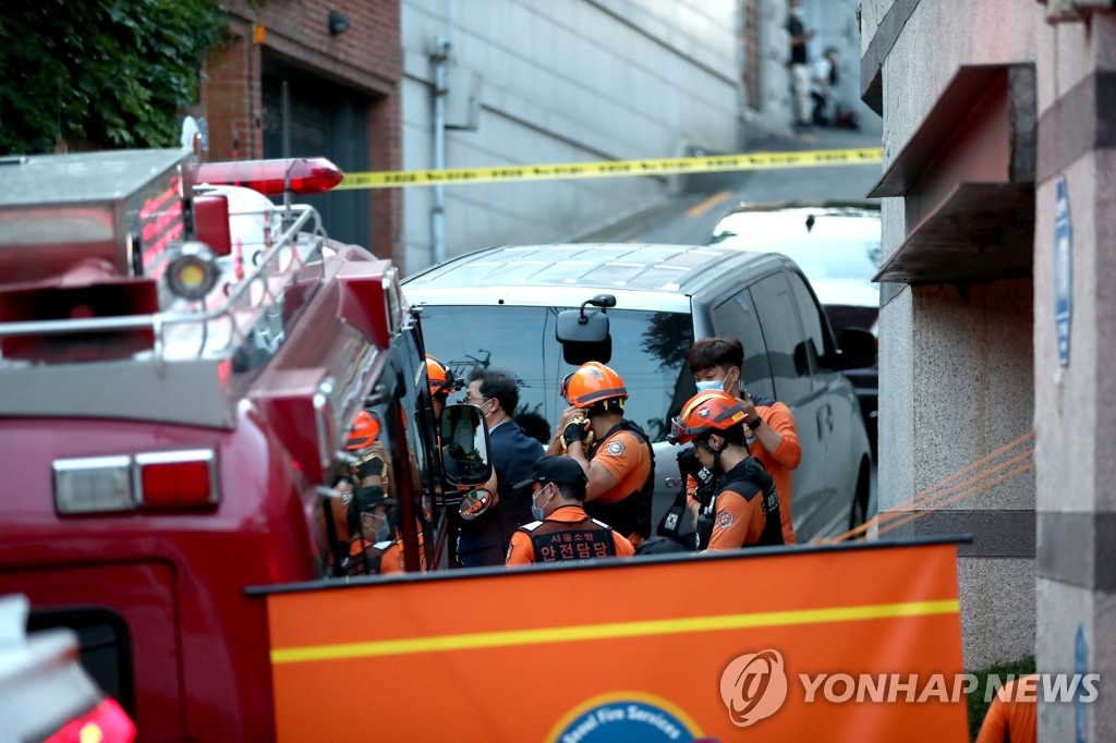 Rescue officials prepare to search for Seoul Mayor Park Won-soon at Seongbuk ward after he was reported missing on July 9, 2020. (Yonhap)