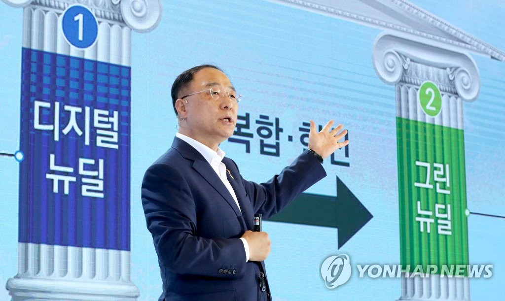 "Finance Minister Hong Nam-ki unveils details of the ""Korean New Deal,"" projects on July 14, 2020. (Yonhap)"
