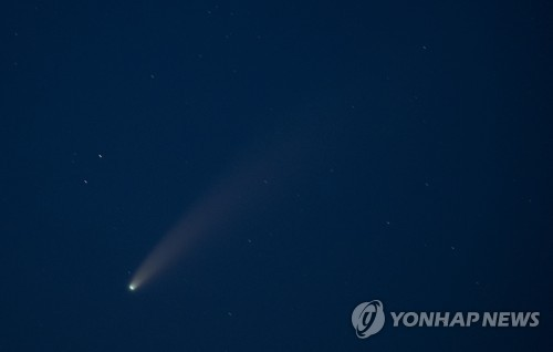 Comet seen from Yeongjong Island