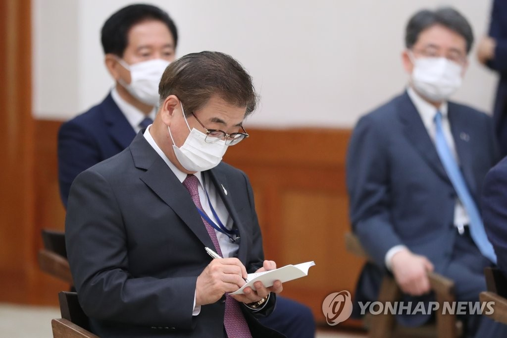 Suh Hoon, director of Cheong Wa Dae's national security office, writes a memo, in this file photo. (Yonhap)