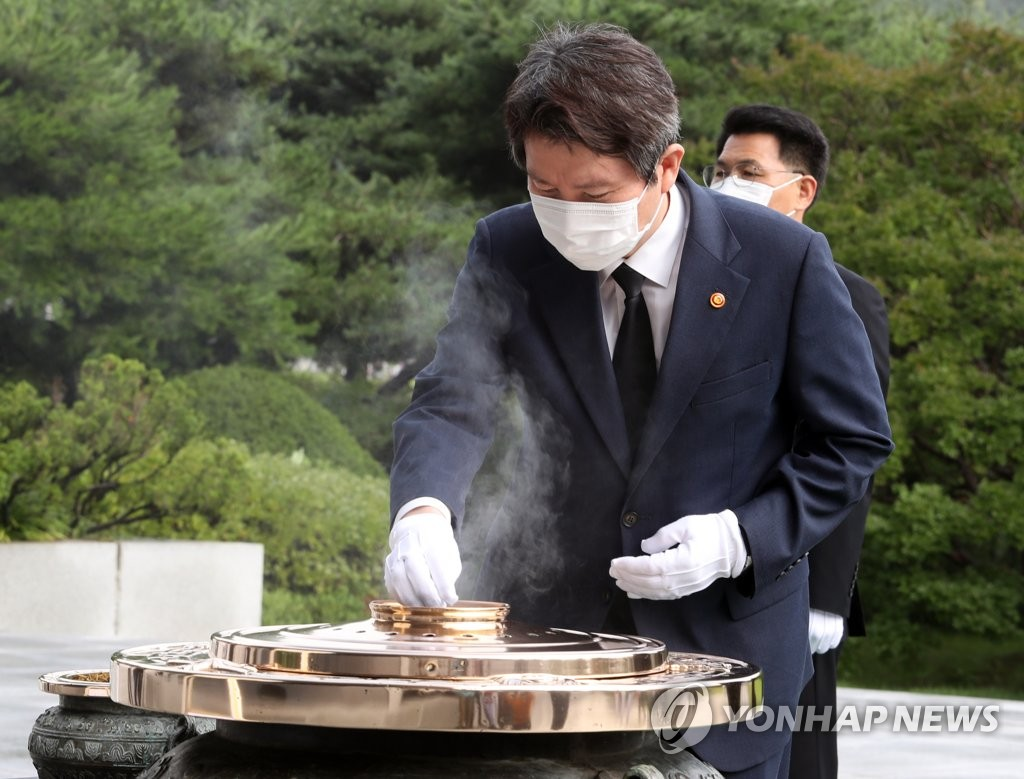New Unification Minister Lee In-young burns incense to pay tribute to South Korean patriotic martyrs and war dead at the National Cemetery in Seoul on July 30, 2020. (Yonhap)