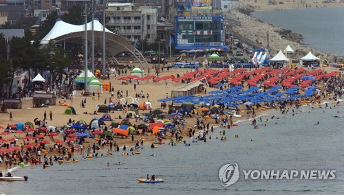 Sokcho Beach crowded with people