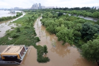 (5th LD) Heavy rain pummels central S. Korea; casualties reported in landslides