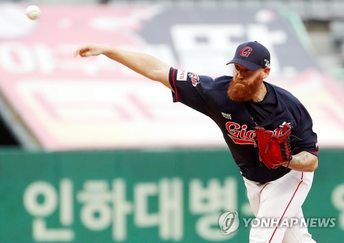 Straily pitches for Lotte