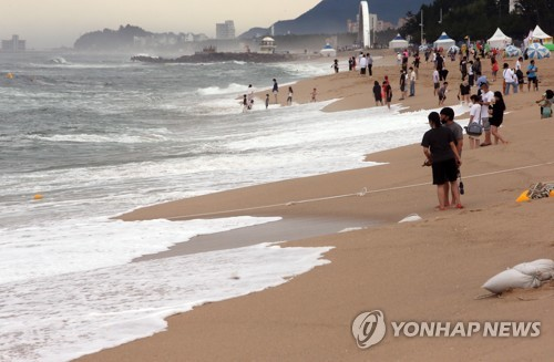 Beach on rainy day (CR)