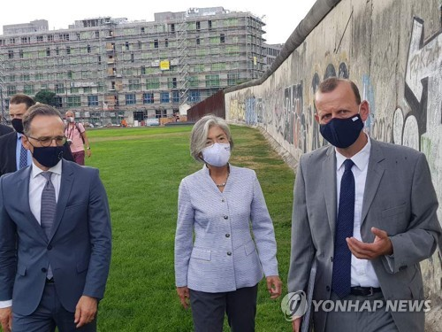 FM Kang visits Berlin Wall