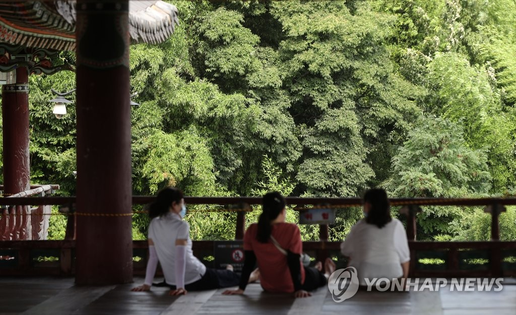 People rest at a pavilion in Miryang, South Gyeonggnam Province, to escape the heat on Aug. 14, 2020. (Yonhap)