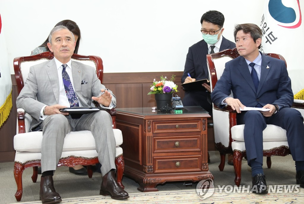 Unification Minister Lee In-young (R), South Korea's point man for inter-Korean relations, holds talks with U.S. Ambassador to South Korea Harry Harris at Lee's office in Seoul on Aug. 18, 2020. (Yonhap)
