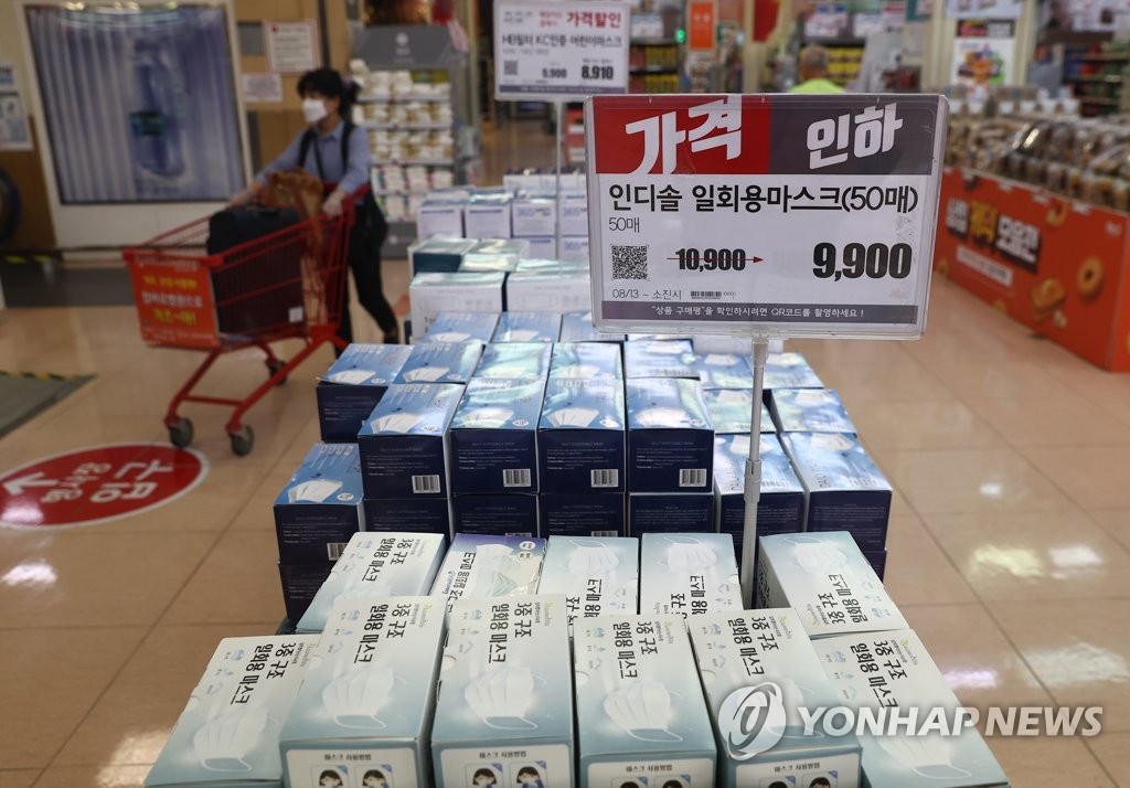 Boxes of face masks are on display at a local large discount store in Seoul on Aug. 20, 2020, amid a flare-up in the new coronavirus. (Yonhap)