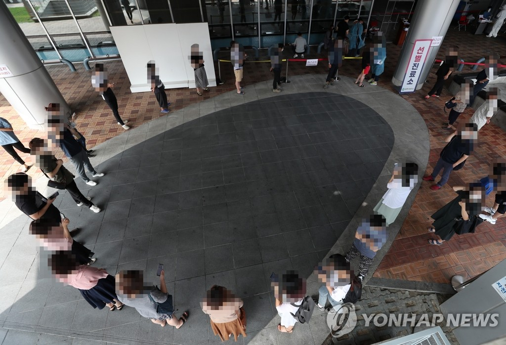 Citizens wait to receive new coronavirus tests at a screening center in Wonju, 132 kilometers east of Seoul, on Aug. 21, 2020. (Yonhap)
