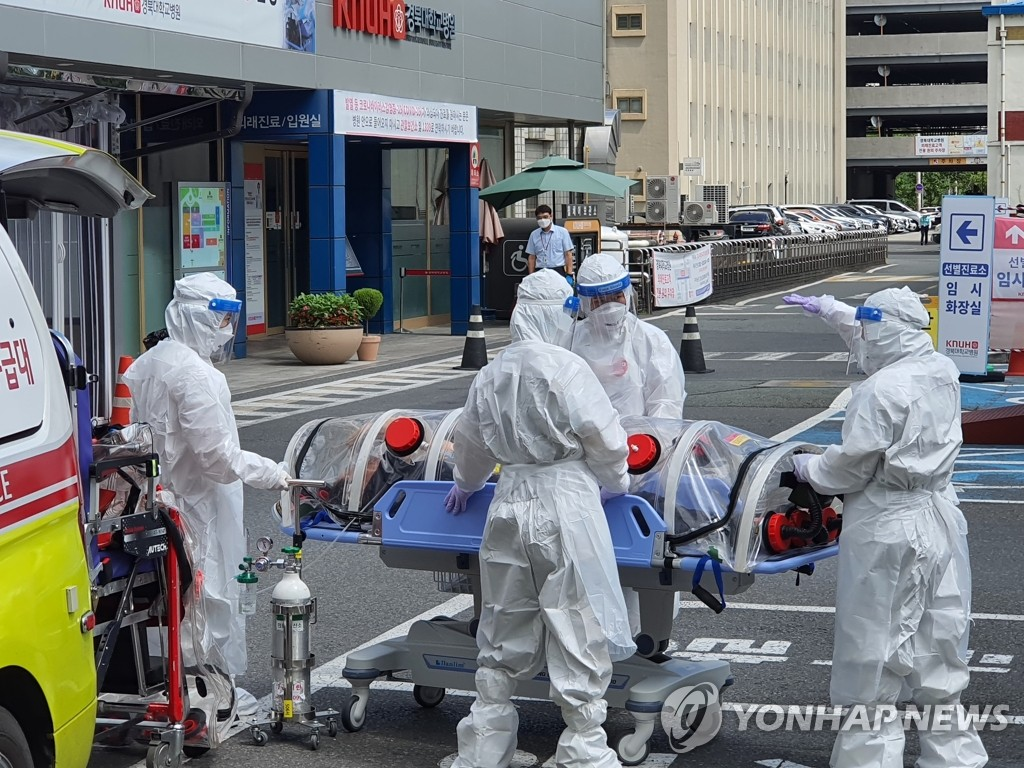 This photo taken by a Yonhap News TV reporter shows medical workers moving a confirmed patient of the new coronavirus to the Kyungpook National University Hospital in Daegu, 302 kilometers southeast of Seoul, on Aug. 30, 2020. (PHOTO NOT FOR SALE) (Yonhap)