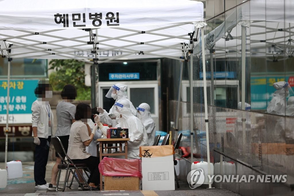 Medical workers carry out new coronavirus tests at a makeshift clinic located in Seoul on Sept. 2, 2020. (Yonhap)