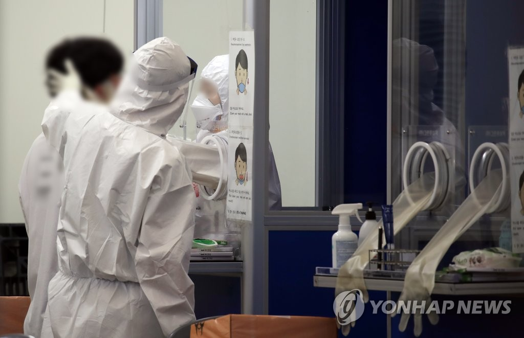 Medical workers carry out new coronavirus tests at a makeshift clinic in eastern Seoul on Sept. 9, 2020. (Yonhap)