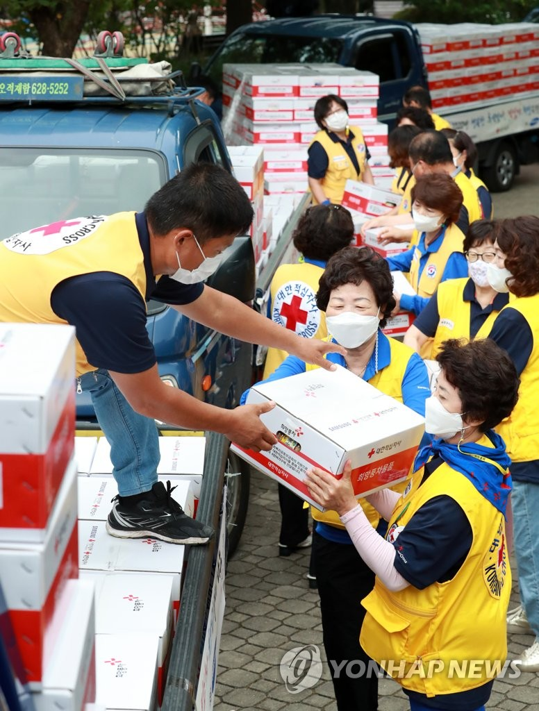 Relief group delivers goods for Chuseok holiday