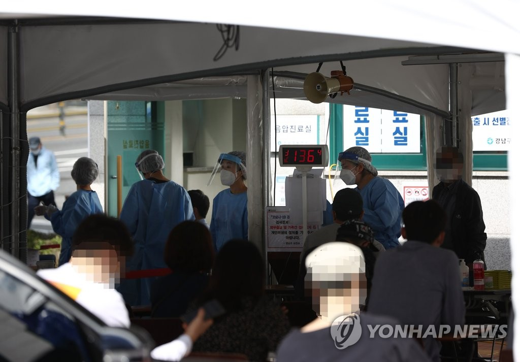 Citizens wait to receive new coronavirus tests at a makeshift clinic located in southern Seoul on Sept. 21, 2020. (Yonhap)