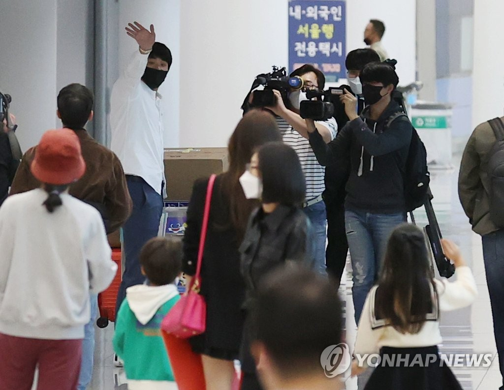 The St. Louis Cardinals' pitcher Kim Kwang-hyun (L) waves to his family at Incheon International Airport in Incheon, just west of Seoul, after arriving back from the United States on Oct. 7, 2020. (Yonhap)
