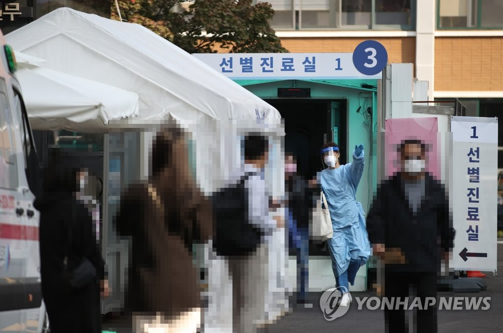 Citizens wait to receive new coronavirus tests at a medical clinic in central Seoul on Oct. 12, 2020. (Yonhap)