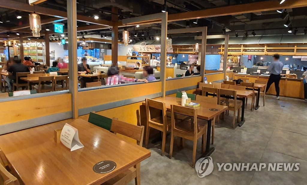 This photo shows a buffet restaurant in Seoul on Oct. 12, 2020, the same day it reopened after being closed for nearly two months due to the government's toughened social distancing rules. (Yonhap)