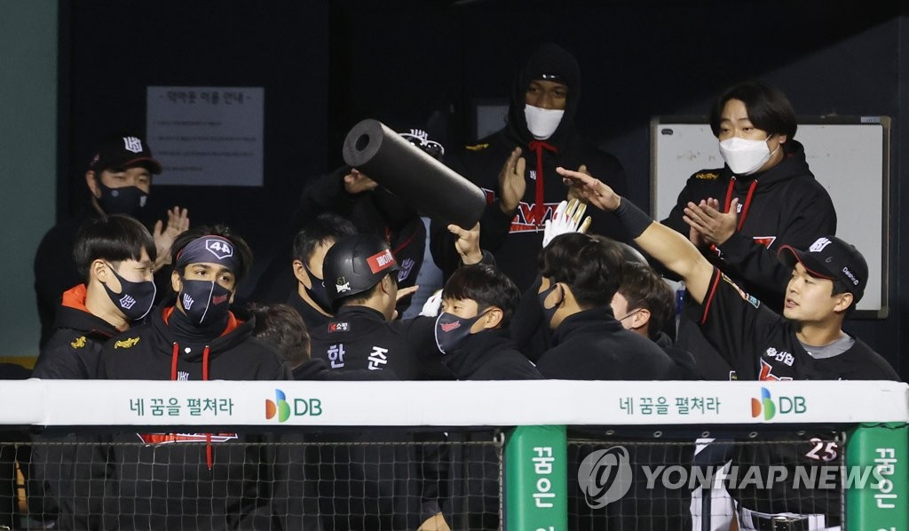 KT Wiz players celebrate a run during the top of the sixth inning of a Korea Baseball Organization regular season game against the Doosan Bears at Jamsil Baseball Stadium in Seoul on Oct. 22, 2020. (Yonhap)