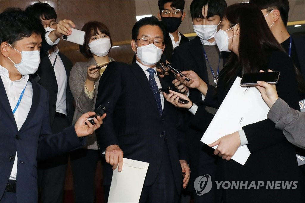 The Democratic Party's Rep. Jeong Jeong-soon (C) is swarmed by reporters as he leaves the plenary chamber of the National Assembly in Seoul on Oct. 29, 2020. Lawmakers passed a motion to allow Jeong's arrest amid an investigation on charges of campaign fraud ahead of the parliamentary election in April. (Yonhap)