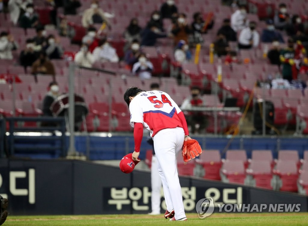 In this file photo from Oct. 29, 2020, Yang Hyeon-jong of the Kia Tigers takes a bow before fans at Gwangju-Kia Champions Field in Gwangju, 330 kilometers south of Seoul, during a Korea Baseball Organization regular season game against the Doosan Bears. (Yonhap)
