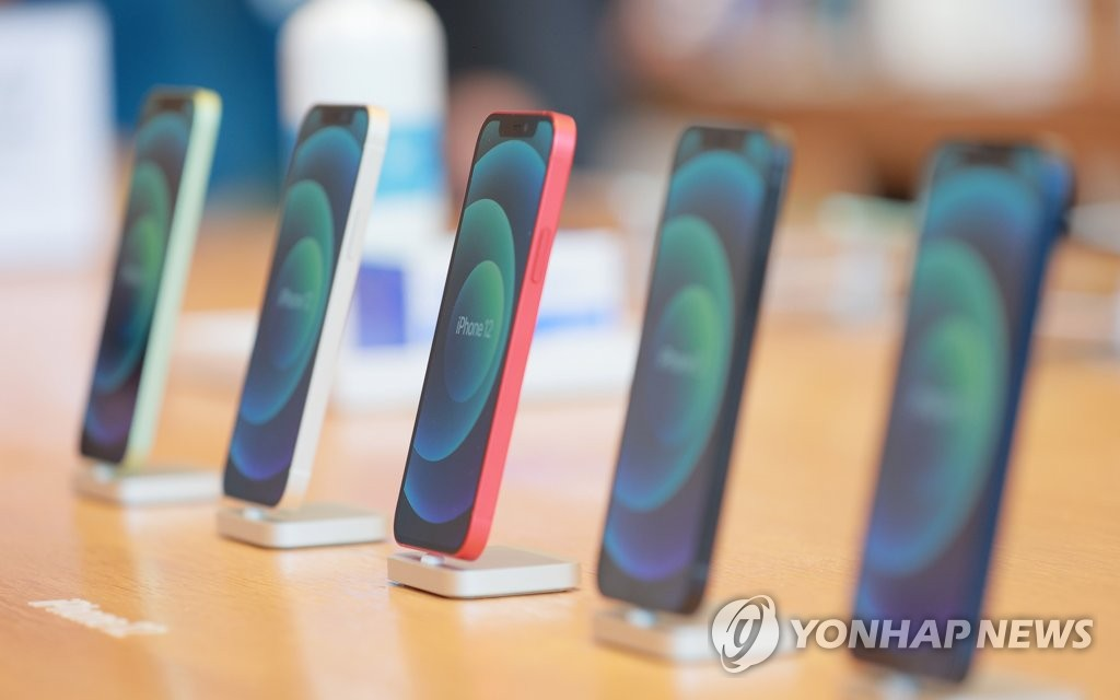 Apple Inc.'s new iPhone 12 models are displayed at the company's store on Oct. 30, 2020, in southern Seoul. (Yonhap)